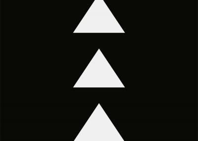 Drei weiße Dreiecke auf schwarzemHintergrund.