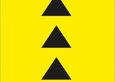 Drei schwarze Dreiecke auf gelbem Hintergrund.