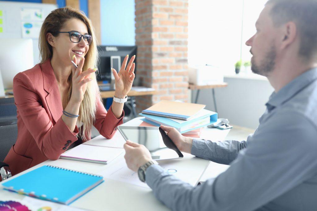 Eine Frau interviewt einen Mann.